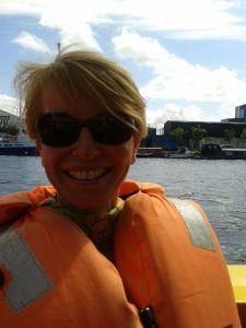 INSIDE beauty-Chefredakteurin Susanne Stoll in Lebensretterweste an Bord