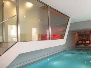 Die Sauna hängt im Das Stue über dem Pool