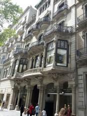 Imposante Bauten von Gaudí begegnet man hier auf Schritt und Tritt