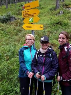Erster Programmpunkt am frühen Morgen: Nordic Walking. Mit dabei sind Spa Managerin Susanne Staib und PR Managerin Ann-Kristin Zeitler.