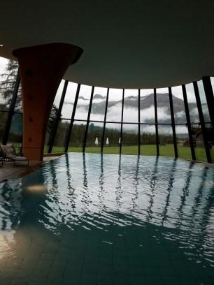 ... und Schwimmen im Infinity Pool sind eine tolle Alternative zum Surfen im Internet oder Zappen durchs TV-Programm.