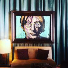 John Lennon empfängt Gäste in der stylish-bunten Lobby des Hard Rock Hotels in Punta Cana.