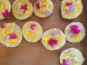 Für den kleinen Hunger: Fingerfood mit Blüten aus dem eigenen Garten und klostereigenem Honig