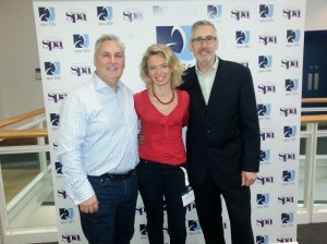 Muriel Allenbach von der redspa media GmbH mit den Veranstaltern Andrew Hammond (l.) und Mike Fitch (r.)