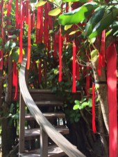Der Wünschebaum: Wunsch ausdenken, aufschreiben, dran hängen.