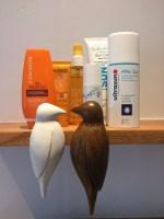 Nettes Deatail im Badezimmer: das Borad mit den Birds bietet genügend Platz für alle Sonnenprodukte.