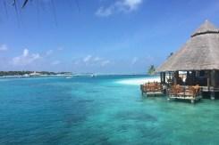 Eine der vielen Bar des Resorts liegt direkt am Strand