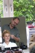 Visagist Horst Kirchberger zeigt Melanie Utz das typgerechte Make-up.