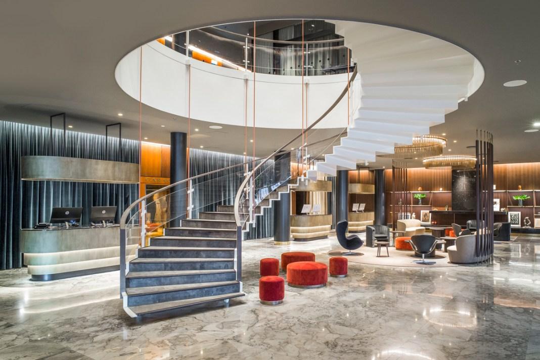 Das SAS Royal Hotel, heute das Radisson Collection Royal Hotel, Copenhagen, ist ein von Jacobsen entworfenes Gesamtkunstwerk.