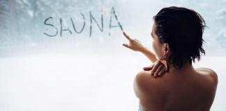 """frau-schreibt-""""sauna""""-an-beschlagene-scheibe"""