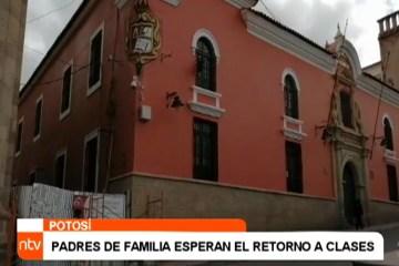PADRES DE FAMILIA ESPERAN EL RETORNO A CLASES
