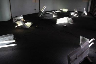 Linda Pongutá. Luz doblada, 2014 Tubos fluorescentes, lamina de metal, balastos, cable