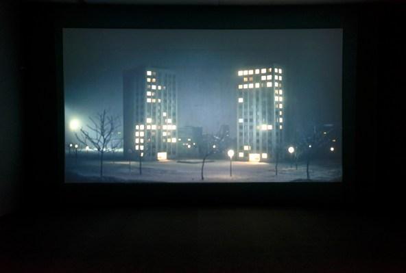 Pierre Huyghe, Les Grands Ensembles, 2001. Vista de la exposición « Y he aquí la luz » (Et voici la lumière), organizada por el Centre national des arts plastiques en el Museo de Arte Miguel Urrutia, Bogotá, Colombia. Copyright photo: MAMU, 2017.