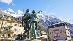 Statue of Jaques Balmat pointing to Mont Blanc summit