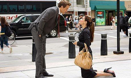Weekend. En af de skønne scener , hvor Margaret Tate (Sanda Bullock) nødtvunget må fri til sin chef Andrew Paxton (Ryan Reynolds)