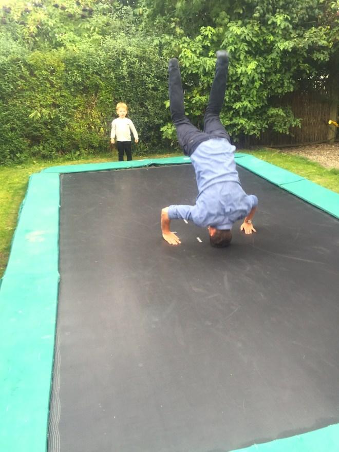 Farbror Anders er skrap på trampolinen og går foran med sit gode eksempel...