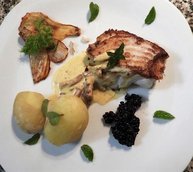 Smørstegt torsk med stegte skiver af fennikel, brombærcoulis, kantarelsovs, nyopgravede kartofler og mynte.