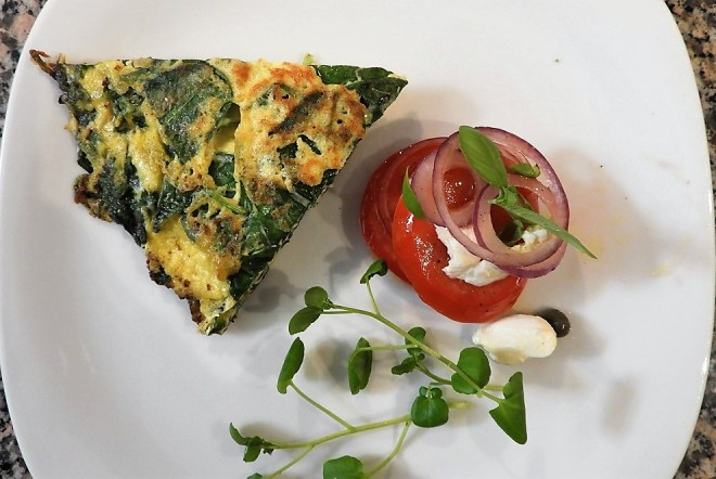 Omelet med spinat og en tomatsalat