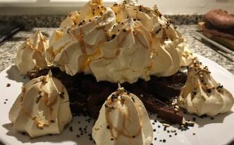 Bålkage af chokolade og marengs