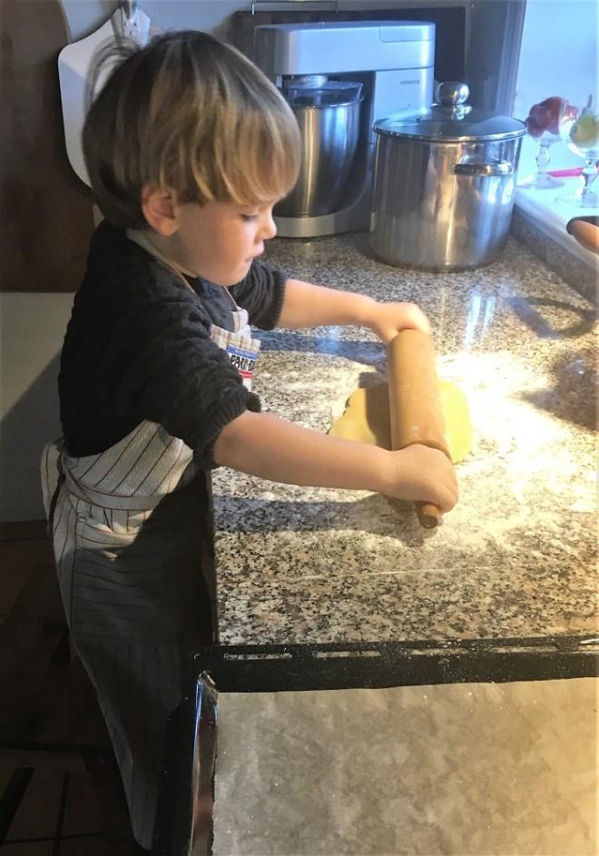 Pebernøddedej udrulles med stor koncentration
