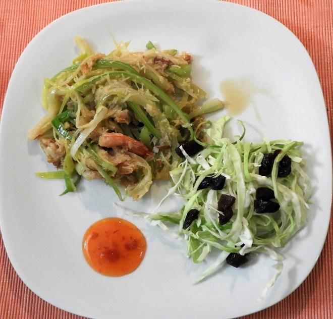 Wok-ret med spidskålsalat og chilisauce