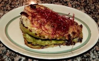 Spidskål med rødbedespirer og bacon