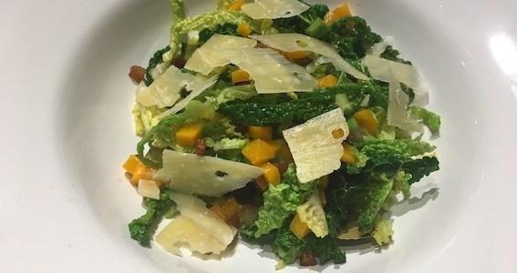 Salat af savoykål med røget fedt og meget mere