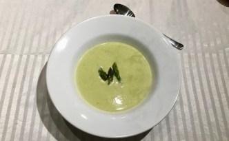 Suppe af grønne asparges