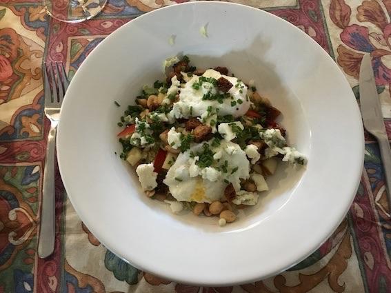 Salat med pocherede æg og en kraftig salat-art