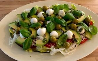 Salat med glaskål, avocado og mozzarella