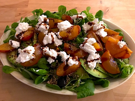 Frokostsalat med blommer og gedefriskost