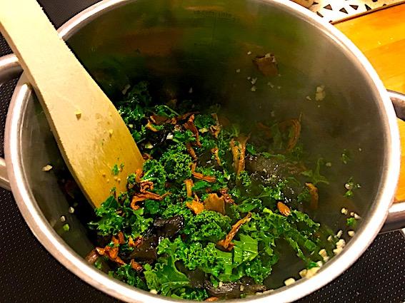 Risotto tilberedes med grøntsager og ris