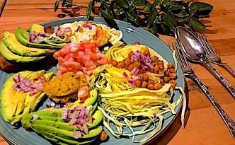 Salat med sprødstegte kikærter
