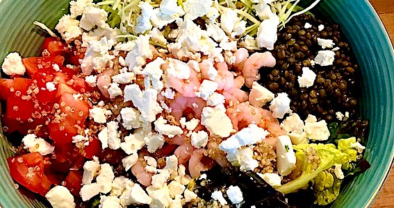Salatbowl med grønne linser og rejer