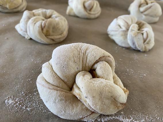 Kanelsnurrer med surdej snoet og klar til bagning