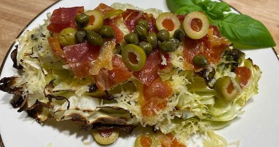 Pesto og serranoskinke på ovnbagt spidskål