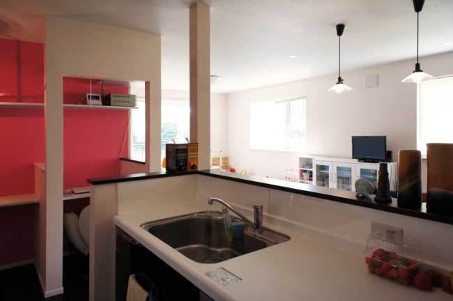 吊戸棚なしの対面キッチンで見晴らしよく