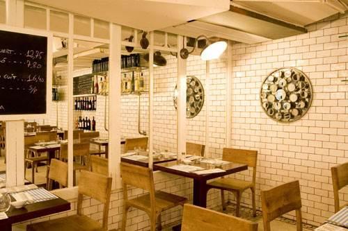 Paredes con cerámica tipo metro en el Restaurante Fishop.