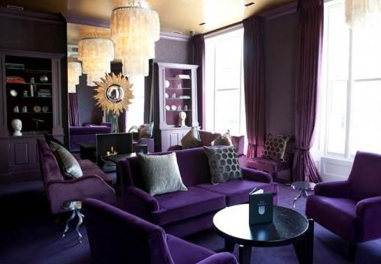 La elegancia de un salón púrpura con detalles dorados