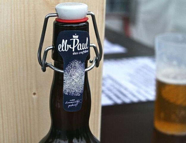Auf die Frage, was soll der Fingerabdruck auf elbPaul Bier, sagt der Brauer: »Weil das mein Finberabdruck ist«