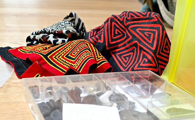 Indios tragen noch grelle Farben und wilde Muster - dagegen werden wir wie in Michael Endes »Momo« immer grauer