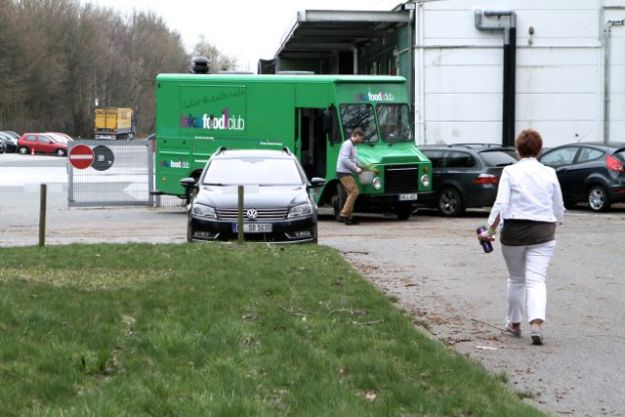 Vor dem FABFAB Schenefeld: Truck vom lokal1foodclub