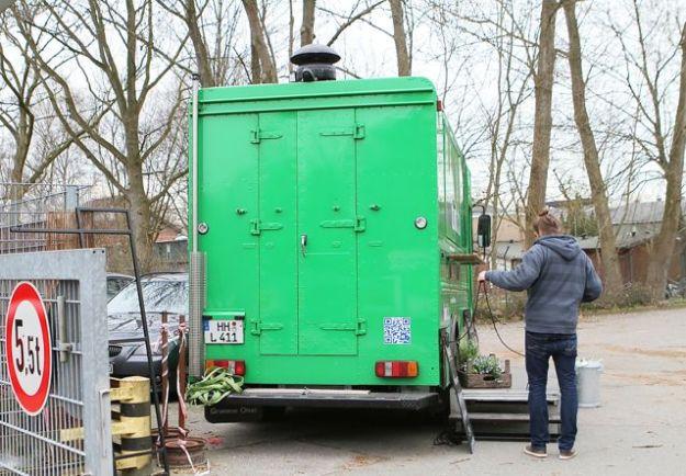 Umstehende meinen: hier handelt es sich um eine ehemaliges UPS-Fahrzeug
