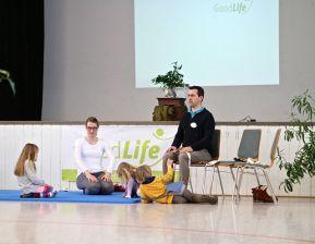 Nicht nur beim entspannten Sitzen, auch beim Yoga hilft das Band