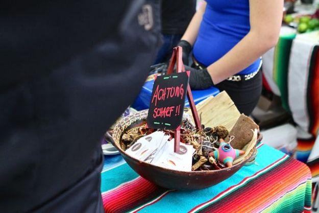 Chili betont, aber auch viel Zwiebeln und Koriander bei lateinamerikanischem Streetfood