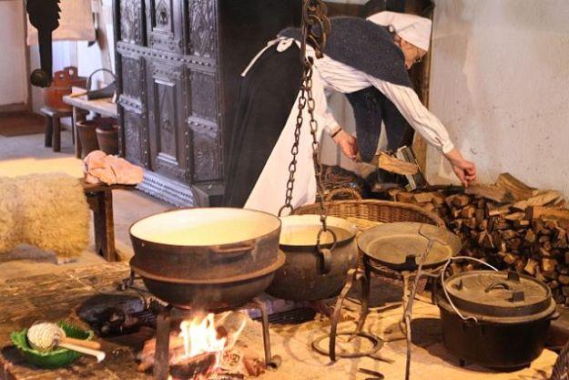 Kochen auf offenem Feuer - es wurden Nudeln in Milch gereicht