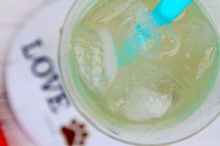 Eis, Zitronen oder O-Saft, Süssmittel, Grapefruit-Sprizz, Wasser