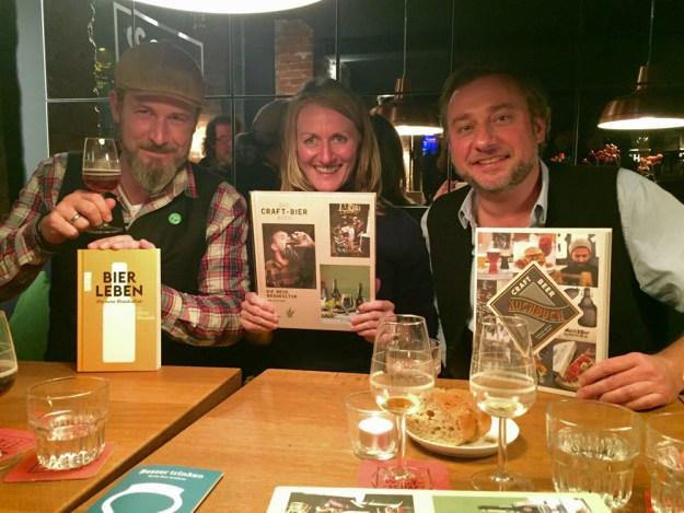 Gleicher Abend, anderer Ort: Bier-Autoren Oliver Wesseloh, Sylvia Koop und Stevan Paul (v.li.n.re.) Foto ©Stevan Paul