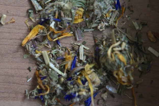 Milder Bittertee mit Löwenzahn- und Kornblumenblüten - plus Schafgarbe und Beifuss