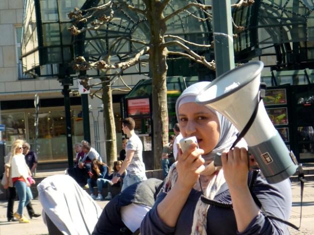 Foodsharing Botschafterin Fatma Seligmann, Rathausmarkt, beim 2. Foodsharing-Flashmob